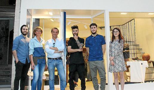 Víctor Franco, Anna Bonet, Ignacio Martínez, Nacho Martínez, Santi Sastre y Yunzhu Jin ante el atractivo escaparate de la tienda cercana al Borne.