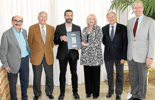 Nicolás Pomar, Miguel Mulet, Jaume Anglada, Carmen Gordó, Tomás Muret y Jesús Martínez con la placa de reconocimiento que se le entregó al cantante.