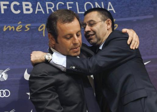 Fotografía de archivo, tomada el 23/01/2013, del presidente del FC Barcelona, Josep Maria Bartomeu (d) y su predecesor en este cargo, Sandro Rosell, para quienes la Fiscalía Anticorrupción ha pedido 2 años y 3 meses de cárcel, y 7 años y 6 meses, respectivamente, por delitos fiscales en el fichaje del brasileño Neymar.