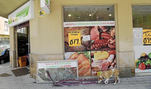 Imagen de la cristalera del supermercado BIP de la calle Joan Alcover donde se produjo el alunizaje.