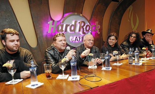 De izquierda a derecha, Indulgentes, Fitty Wienhold y Udo Dirkschreider (UDO), Leo Jiménez, y Los Vagabundos.