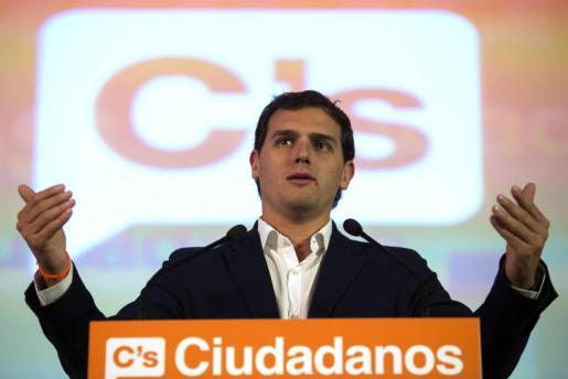 El presidente de Ciudadanos, Albert Rivera, durante su intervención en un acto electoral en Málaga junto al candidato a la Presidencia de la Junta de Andalucía, Juan Marín.