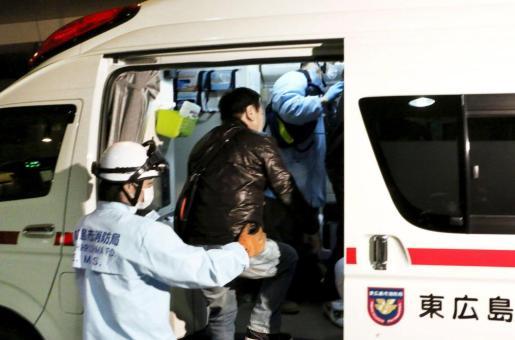 Un pasajero es trasladado a una ambulancia tras la salida de pista de un avión en el aeropuerto de Hiroshima.