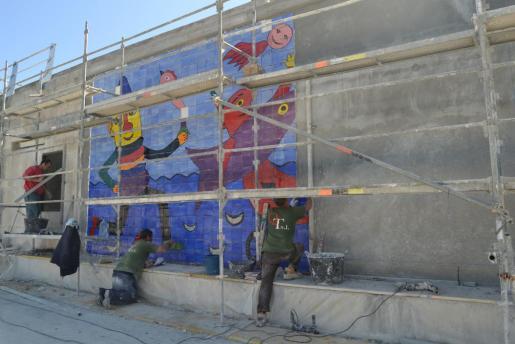 Imagen del inicio de los trabajos de instalación del segundo mural de Gustavo.