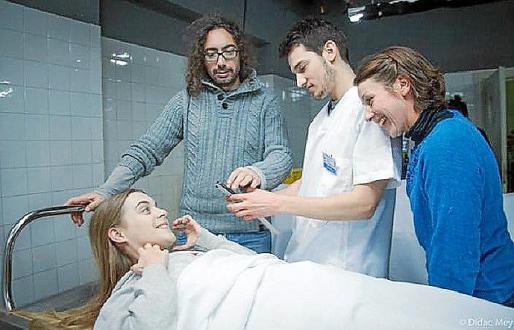 Hèctor Hernández, con los actores Alba Ribas y Albert Carbó, y Cristina Pellisé, del departamento de maquillaje.
