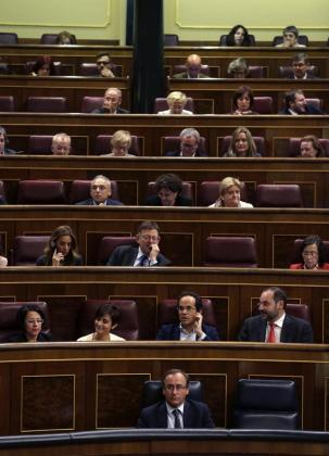 El ministro de Sanidad, Alfonso Alonso (abajo), durante la votación de la reforma de la ley del aborto, planteada por el PP, para impedir que las menores puedan abortar sin consentimiento paterno, este martes en el pleno del Congreso.