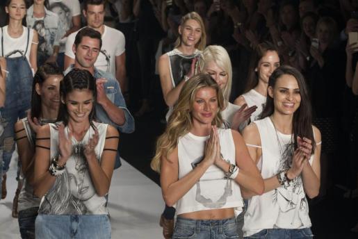La modelo brasileña Gisele Bündchen (c) acompañada de otros modelos.