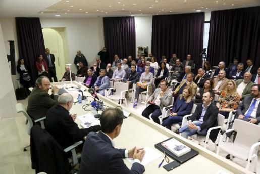 Numerosos representantes políticos asistieron a la presentación 'El complejo comportamiento del voto en Baleares' de Gonzalo Adán y Miquel Payeras.