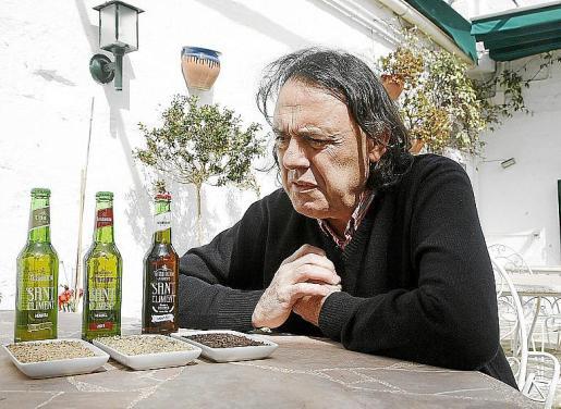 Vicent Vila mima la producción de su cerveza de Sant Climent.