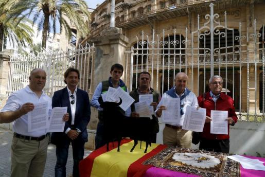 Juan Martín Rubí, Jorge Campos, Sergio Galdón, Lorenzo Riera, Juan Nigorra e Isidro Macías presentaron ante el Coliseo Balear su petición para que los poderes públicos protejan la tauromaquia en las Illes.