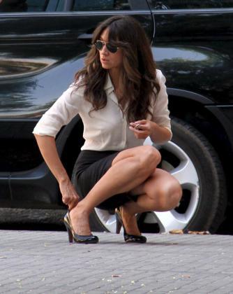La actriz tuvo algún problemilla para ajustarse los zapatos.