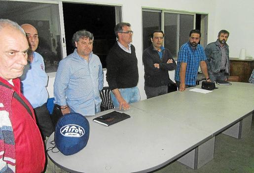 Representantes sindicales y miembros del comité de empresa, al inicio de la reunión.