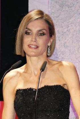 La Reina Letizia durante su intervención en la ceremonia de entrega de los Premios Woman, con una melena más corta.