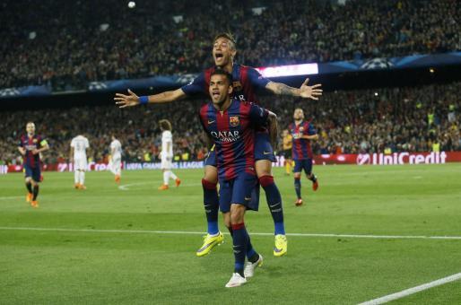 Neymar celebra con Dani Alves el segundo gol del Barcelona.