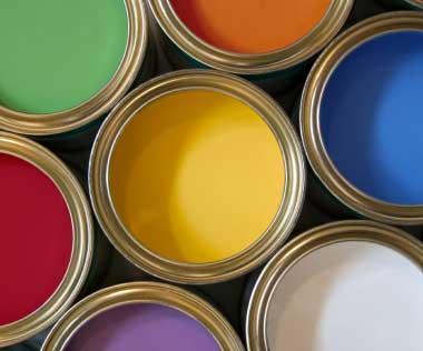 La tienda cuenta con una gran gama de pinturas y productos de bricolaje.
