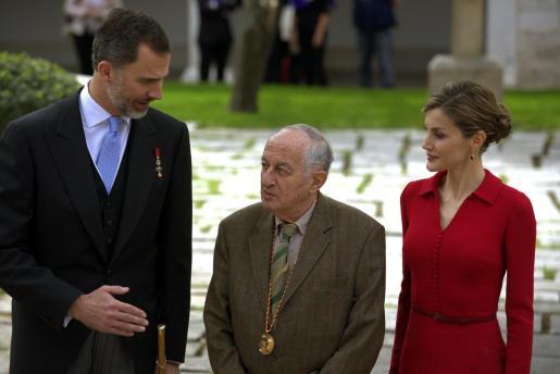 Los Reyes Felipe y Letizia conversan con el escritor Juan Goytisolo, tras finalizar la ceremonia de entrega del Premio Cervantes, que ha tenido lugar este jueves en el paraninfo de la Universidad de Alcalá de Henares.