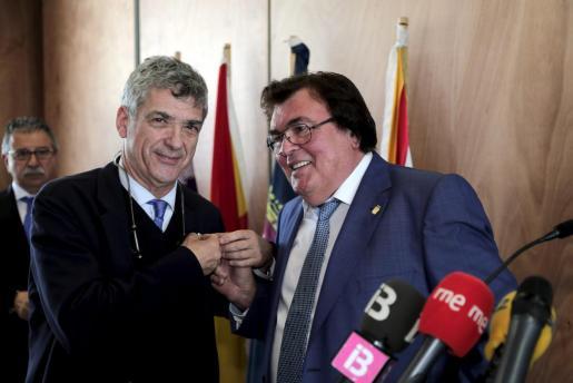 El presidenta de la Federación Española de Fútbol, Ángel María Villar, conversa con su homóloga de la territorial de Balears Miquel Bestard.