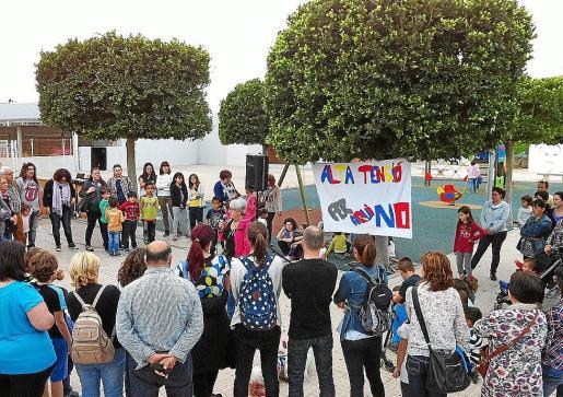Imagen de la concentración llevada a cabo por los vecinos contra las obras del cable de alta tensión en el Port de Alcúdia.
