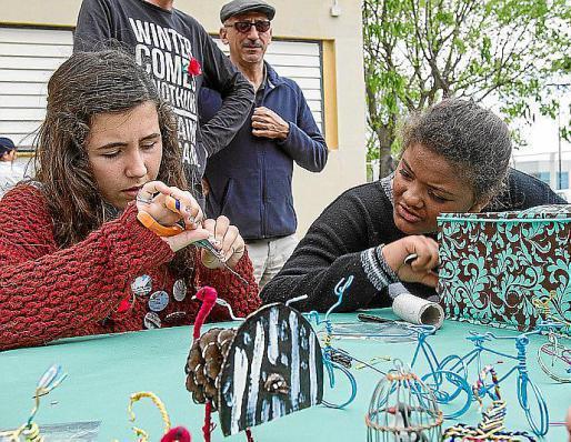 Aprendieron a hacer bicicletas, escorpiones y todo tipo de figuras con alambre, mientras en otras mesas se dedicaban a simular tatuajes pintando la piel de sus compañeros. Foto: TONI ESCOBAR