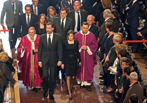 Los Reyes de España entran en la basílica de la Sagrada Familia de Barcelona para asistir al funeral institucional en homenaje a las 150 víctimas del avión de Germanwings que se estrelló en los Alpes, en un acto religioso al que acuden más de 1500 personas, entre ellas el presidente del Gobierno, Mariano Rajoy (c detrás).