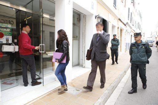 Miembros de la Policía Judicial y Guardia Civil entran en la sede de la empresa.