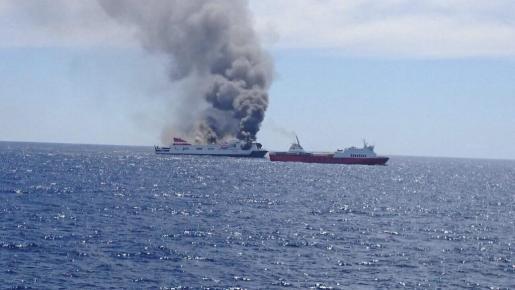 El Sorrento, asistido por otro buque durante su incendio.