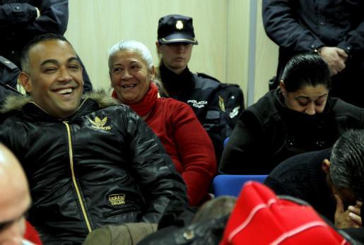 """Francisca Cortés """"La Paca"""" y su hijo """"El Ico"""", que estaban entre los principales acusados de abastecer de droga al poblado de Son Banya, sonríen al conocer la sentencia del caso Kabul por la que fueron absueltos."""