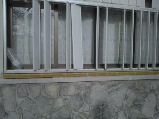Imagen de las persianas deterioradas del colegio Montaura.