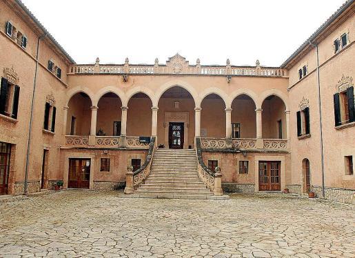 Imagen de la escalinata del castillo de Son Mas, sede del Ajuntament de Andratx.