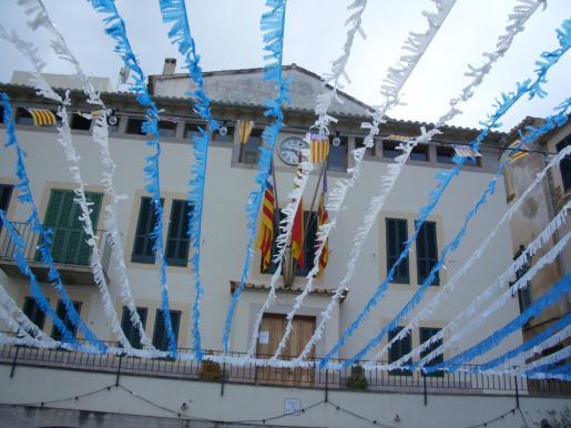 Plaza del ayuntamiento de Banyalbufar en fiestas.