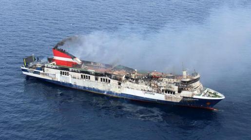 """Fotografía facilitada por la Guardia Civil, del ferry """"Sorrento"""", que se encuentra a 20 millas de Mallorca, cuyo incendio está prácticamente controlado y se trabaja en apagar los rebrotes de pequeñas llamas."""