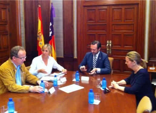 La delegada del Gobierno, Teresa Palmer, informa al president del Govern, José Ramón Bauzá, y a la presidenta del Consell, Maria Salom, sobre la situación del buque.