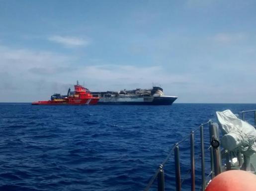Un remolcador se situa al costado del buque Sorrento.