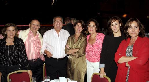 Eloína Fernández, Máximo González, Gabriel Vanrell, Àngela Moreda, Juanita Pons, Sónia Pellón y Amalia Marqués disfrutaron del espectáculo de El Lido.