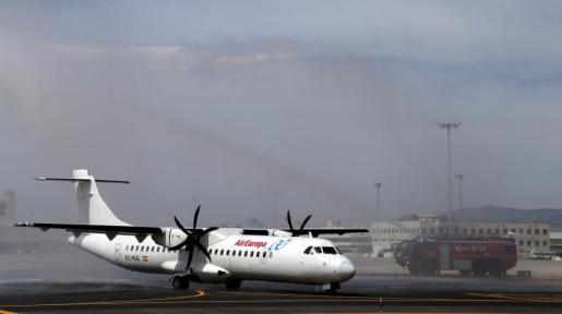 Uno de los primeros vuelos interislas de Air Europa saliendo de Son Sant Joan este viernes.