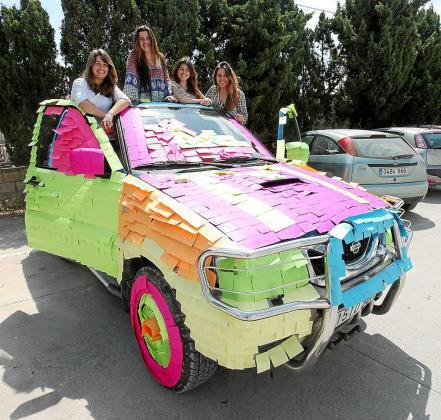 María, Ana, Lucía y Paola, ayer junto al coche que forraron con post-it de colores. Foto: DANI ESPINOSA