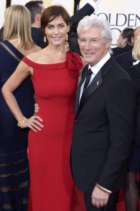 Fotografía de archivo fechada el 13 de enero de 2013 de los estadounidenses Richard Gere y Carey Lowell a su llegada para la versión 70 de los premios Golden Globe en Beverly Hills.