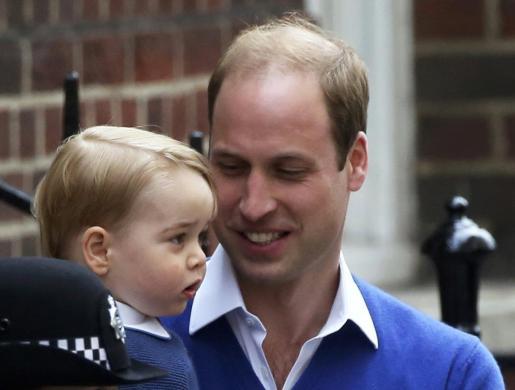 El príncipe William ha acudido con su hijo George al hospistal de St Mary's, después del nacimiento de su hija en Londres.