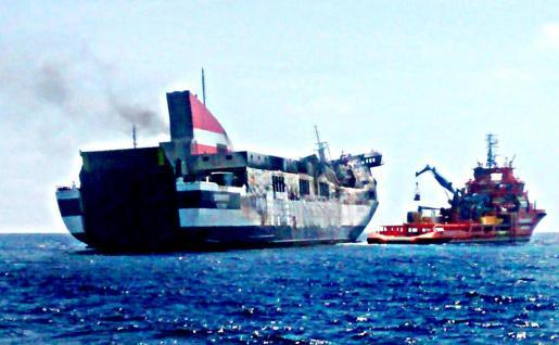 El 'Sorrento' bajo la atenta vigilancia del buque de Salvamento Marítimo 'Clara Campoamor'.