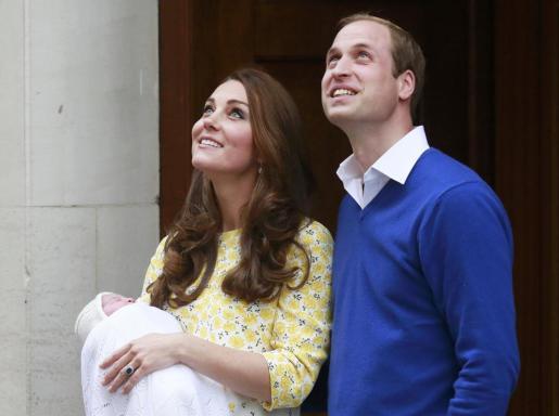 El príncipe William y su mujer Catherine, aparecen con su hija a la salida del hospitalSt Mary's.