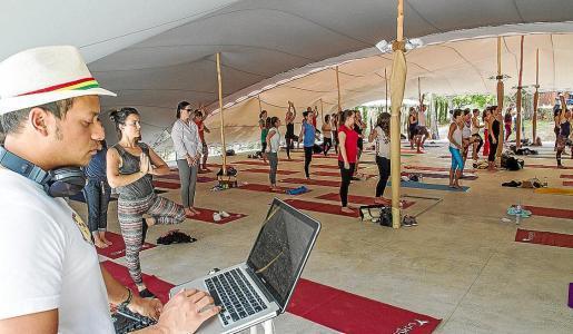 Un dj amenizó la masterclass de yoga con música de relajación. Foto: TONI ESCOBAR