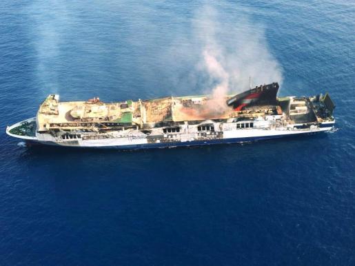 """Fotografía facilitada por la Guardia Civil, del ferry """"Sorrento"""", que se incendió el martes a 18 millas del suroeste Mallorca."""