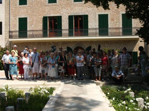 El grupo del Club de Jubilats de Son Caliu posó en los jardines del museo modernista Can Prunera, en Sóller.