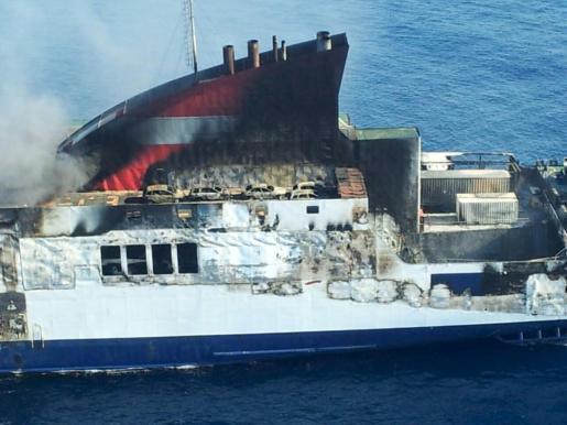 Imagen del ferry incendiado.
