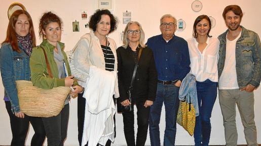 Maribel Valencia, Essi Xamena, Pilar Ribal, Teresa Matas, Miquel Bestard, Bel Bestard y Mateu Palou, en la Sala de Vidre de Sant Domingo.