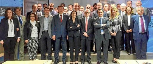 Foto de familia tras la designación de Inmaculada de Benito (centro) como presidenta de la Federación Hotelera de Mallorca.
