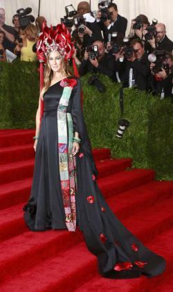 Sarah Jessica Parker con un vestido diseñado por ella misma para H&M.