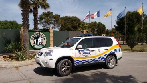 Un coche de la Policía Local, frente al Safari Zoo este martes.