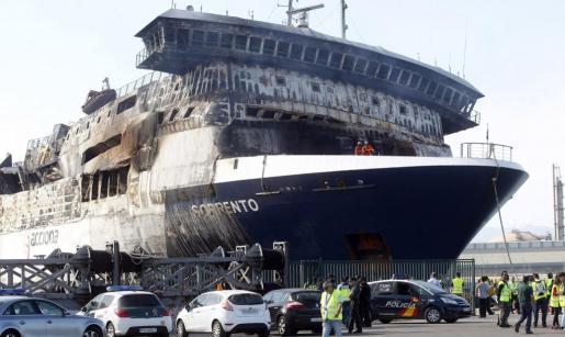 Vista del buque Sorrento, incendiado el pasado 28 de abril a 18 millas al suroeste de Mallorca, a su llegada al puerto de Sagunto, antes de la hora prevista de entrada, que se estimaba entre las 18.30 y las 19.30 horas. Allí permanecerá por un tiempo no superior a dos semanas, para la descarga de las plataformas y vehículos que transporta y el apuntalamiento del pontón.