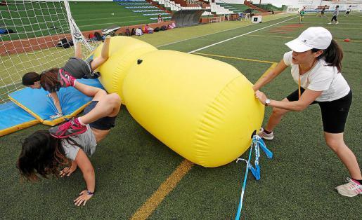 Los técnicos del Ayuntamiento de Santa Eulària han preparado distintas actividades que consiguen que la mañana sea sumamente divertida. Foto: DANI ESPINOSA